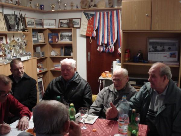 Staří veslaři diskutují